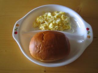 バターロール&しらすクランブルエッグ